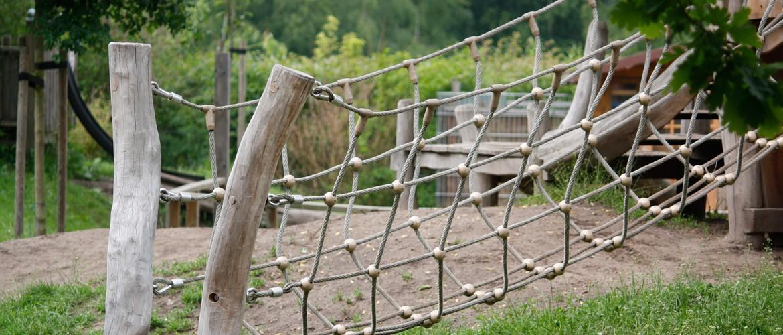 Eine Kletterbrücke aus natürlich gewachsenem Robinienstämmen