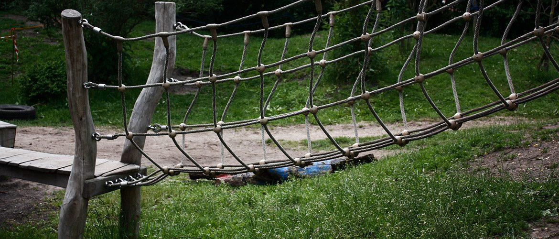 Eine Kletterbrücke mit Seilsteg