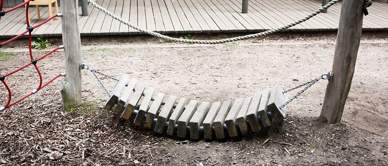 Ein Holzsteg eines Kletterzaunes