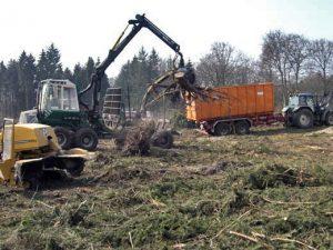Baufeldräumung mit der Hilfe von schwerem Gerät